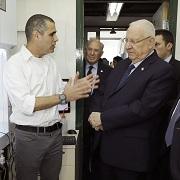 פרופ' טל דביר מארח במעבדתו את נשיא המדינה