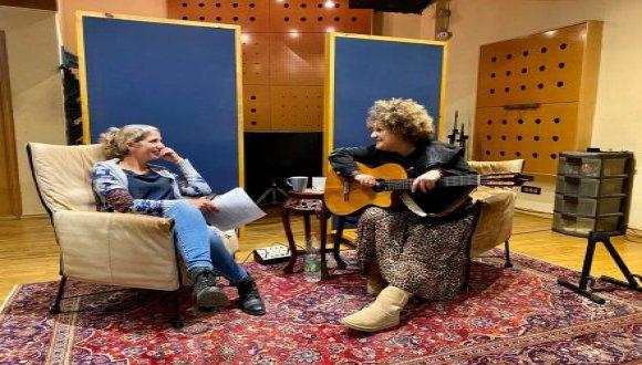 פרופ' נועה שנקר והזמרת קרולינה. צילום: אוניברסיטת תל אביב