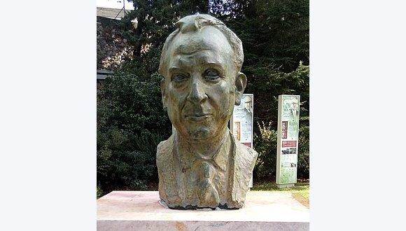 פסלו של הנשיא הרביעי פרופ' אפרים קציר