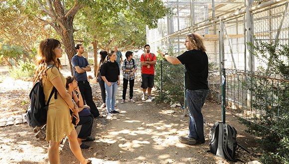 """ד""""ר אור שפיגל וקבוצת סטודנטים בגן הזואולוגי"""